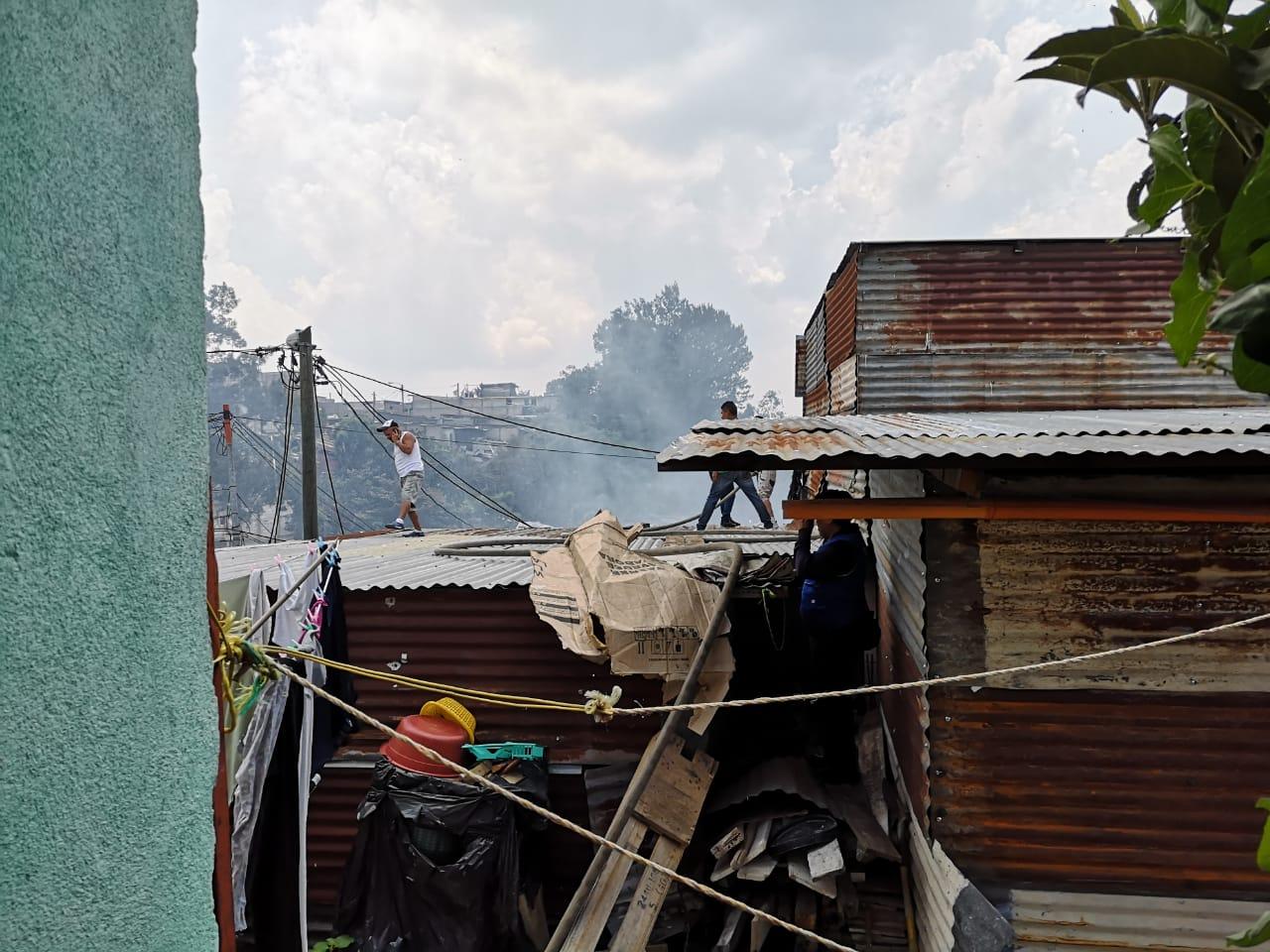 Los trabajos de rescate son complicados por la ubicación de las casas. (Foto Prensa Libre: Willian Cumes)