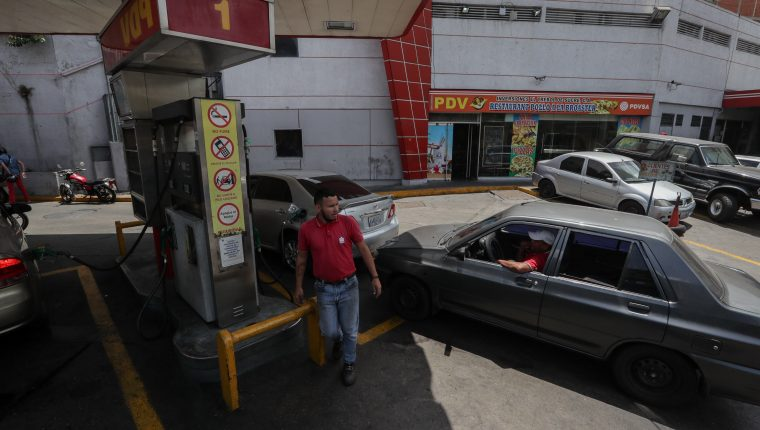 Los venezolanos enfrentan ciclos de escasez de gasolina. (Foto Prensa Libre: EFE)