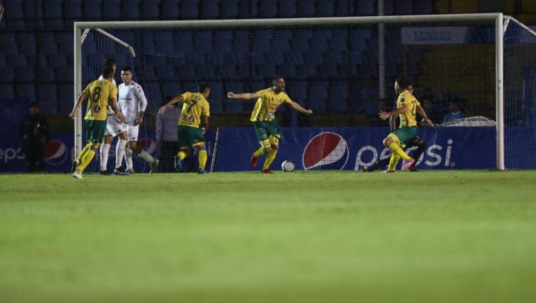 Así festejaron los jugadores de Guastatoya frente a los cremas. (Foto Prensa Libre: Francisco Sánchez)