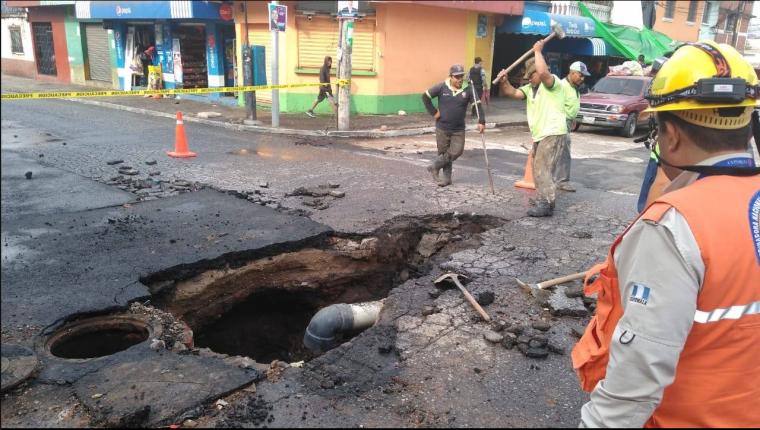 La presión del agua provocó un socavamiento en una calle de la colonia Kennedy, zona 18. (Foto Prensa Libre: Conred)