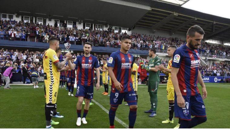 Los jugadores del Nástic dan la bienvenida a los del Huesca, implicados en el caso. (Foto Prensa Libre: SDHUESCA)