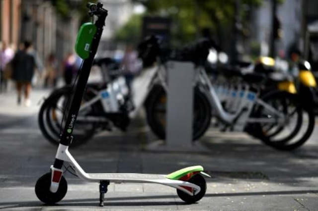Los patinetes electrónicos están ganando adeptos, especialmente entre quienes recorren distancias cortas al trabajo. (Foto: AFP)