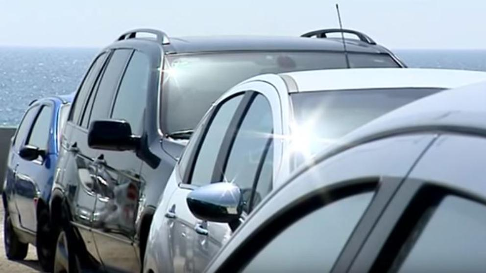 Las autoridades advierten de que es un delito dejar a niños encerrados en vehículos, especialmente en horas de calor. (Foto referencial del sitio lavanguardia.com)