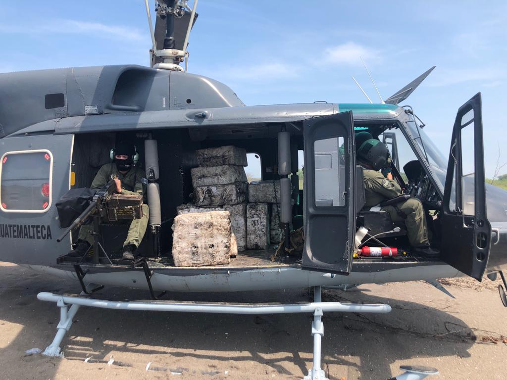 El Ejército incautó 2 mil 353 kilogramos de cocaína y reportó un un jet quemado en la Reserva Natural Manchón Guamuchal. (Foto Prensa Libre: MDN)