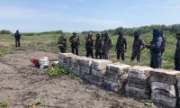 El domingo trasladaron el primer cargamento de la droga a la capital. (Foto Prensa Libre: MDN)