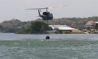 Un helicóptero del Ejército se abastece de agua para combatir los incendios en Petén. (Foto Prensa Libre: Ejército de Guatemala)