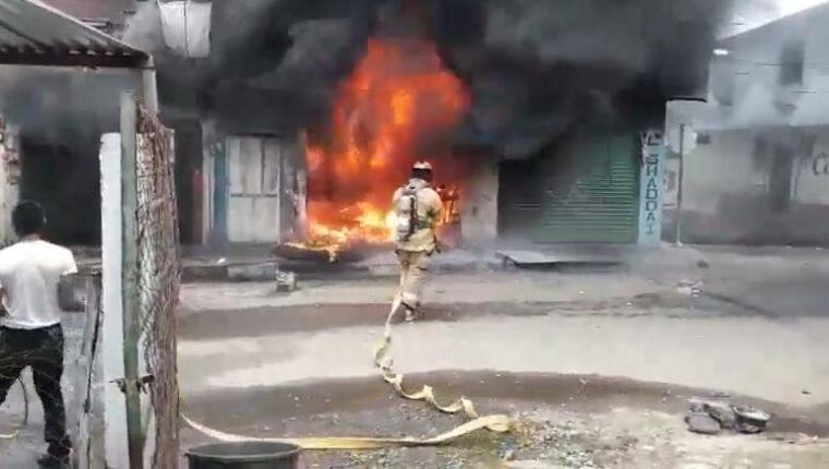 Los cuerpos de socorro controlan el fuego para que no se extienda. (Foto Prensa Libre: Bomberos Voluntarios)