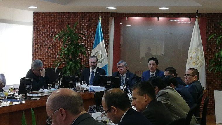 El vicepresidente Jafeth Cabrera dirige una reunión en el Ministerio de Finanzas. (Foto Prensa Libre: Urías Gamarro)