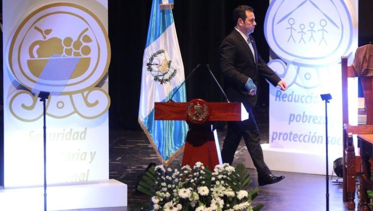 El presidente Jimmy Morales llegó a la presentación del plan mientras se recupera de la operación del brazo. (Foto Prensa Libre: Esbin García)