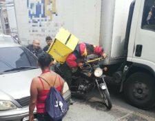 El supuesto ladrón negó que había robado el celular, pero lo arrojó debajo de un carro antes de escapar. (Foto Prensa Libre: Eddy Coronado)