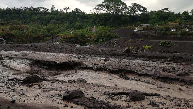 Río en Escuintla donde descendió el lahar del Volcán de Fuego. (Foto Prensa Libre: Bily López).