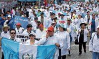 Una protesta de médicos se movilizó este día por calles del Centro Histórico para pedir un aumento salarial, según denuncias de los participantes algunos médicos no ganan ni el salario mínimo.   ÓSCAR RIVAS   07 09 2018