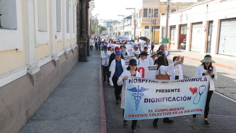 El Ministerio de salud no entregó el primer pago del incremento salarial a los profesionales de la salud, según lo pactado, recriminan médicos del Hospital Roosevelt. (Foto Prensa Libre: Hemeroteca PL)