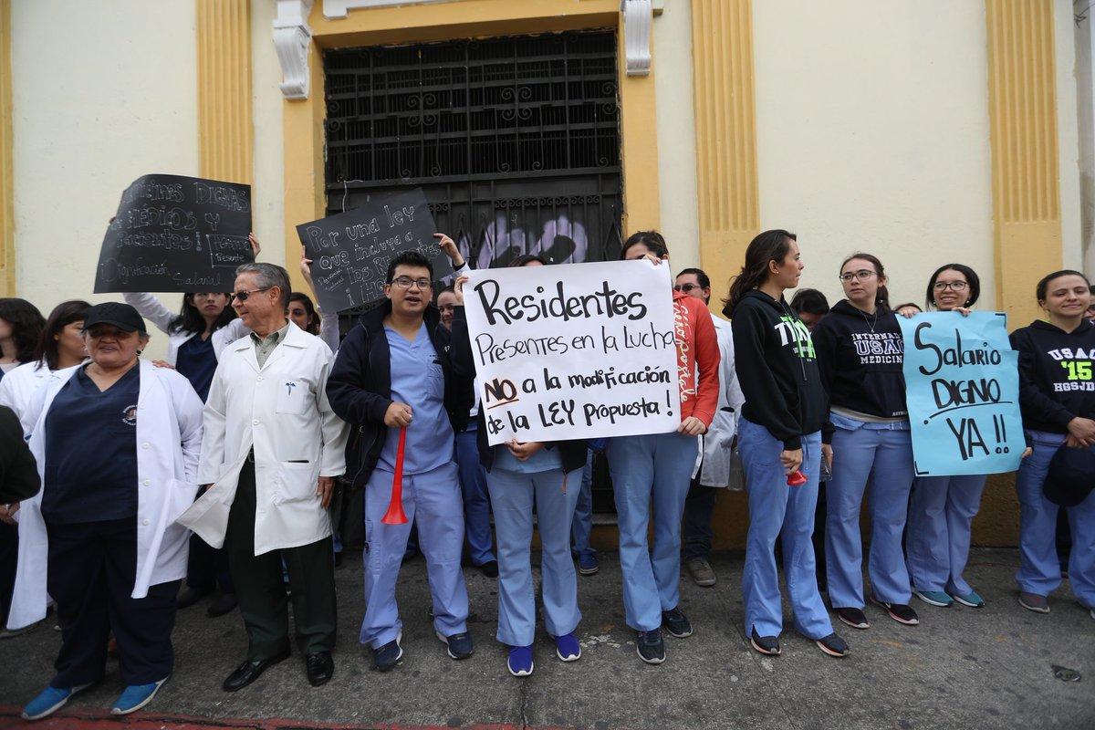Médicos residentes también deben recibir el incremento salarial acordado con el Ministerio de Salud, ellos están en el renglón 021. (Foto Prensa Libre: Hemeroteca PL)