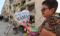 Hilda Fernandez, lleva un globo al lugar donde esta los restos de su madre esto en conmemoraci—n del d'a de la madre varias personas se hicieron presente al Cementerio General de la zona 3.   Fotograf'a: Erick Avila.      10/05/2019