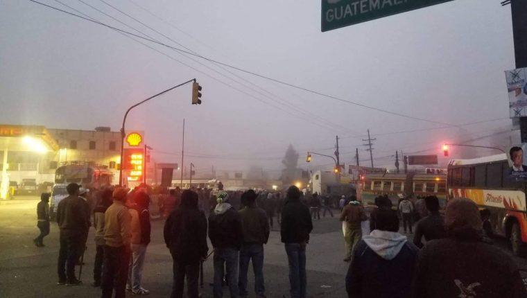 Pobladores permanecen desde la madrugada en Cuatro Caminos, Totonicapán. (Foto Prensa Libre: Metrópoli Altense)