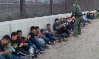 Un grupo de migrantes, en el cual se ven varios niños, segundos después de haber cruzado la frontera. La migración ilegal se ha incrementado exponencialmente desde la llegada al poder de Donald Trump. (Foto: CBP)