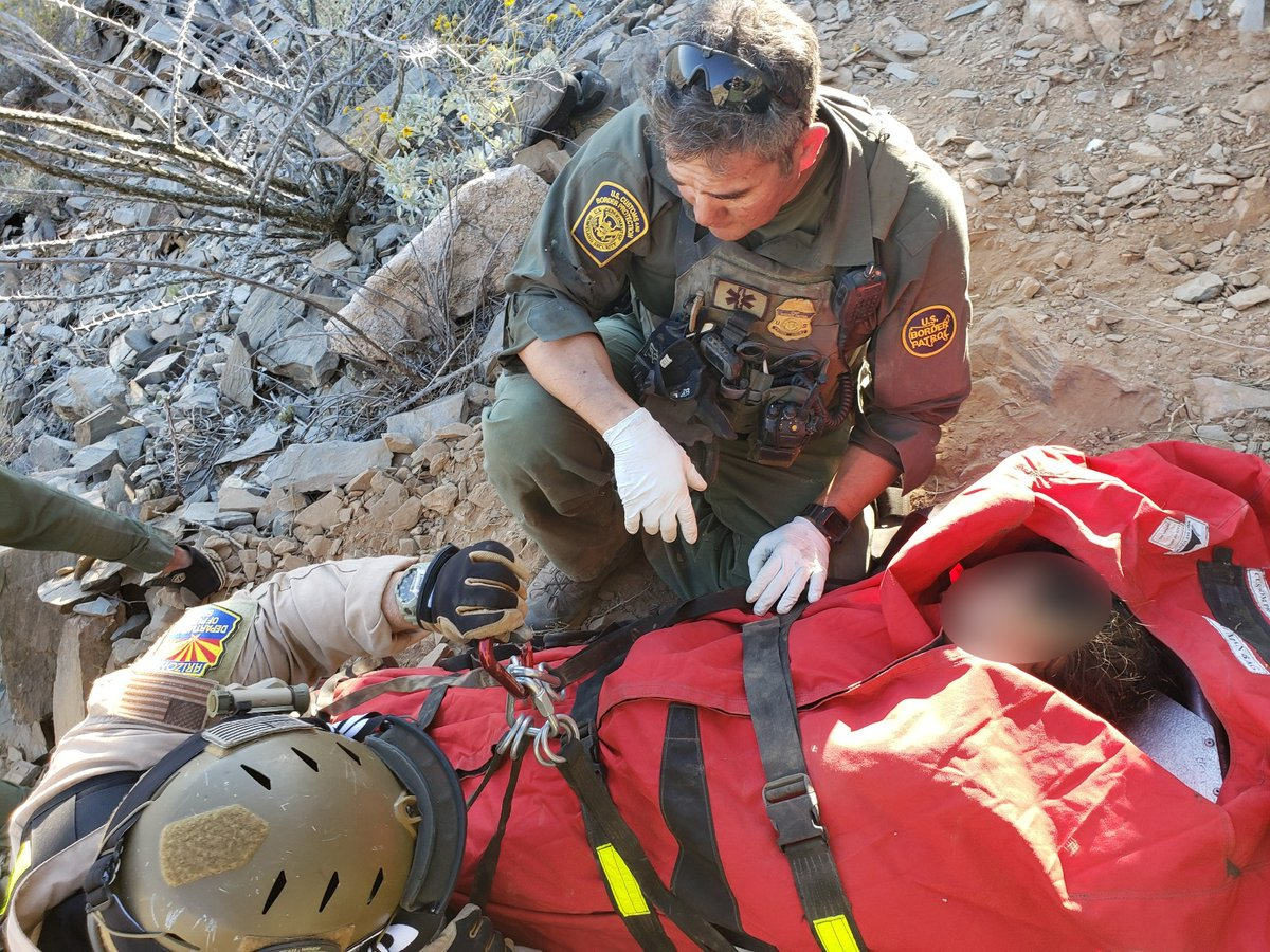 Oficiales de la Patrulla Fronteriza dan primeros auxilios a una indocumentada rescatada en el desierto de Arizona. (Foto. CBP)