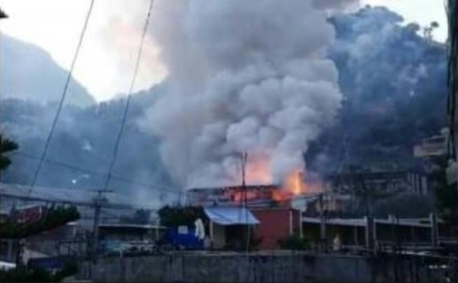 El fuego del incendio fue visible a varios kilómetros alrededor. (Foto Prensa Libre: Mike Castillo)