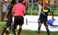 Los jugadores y aficionados de Petapa mostraron su frustración por el resultado. (Foto Prensa Libre: Hemeroteca PL)