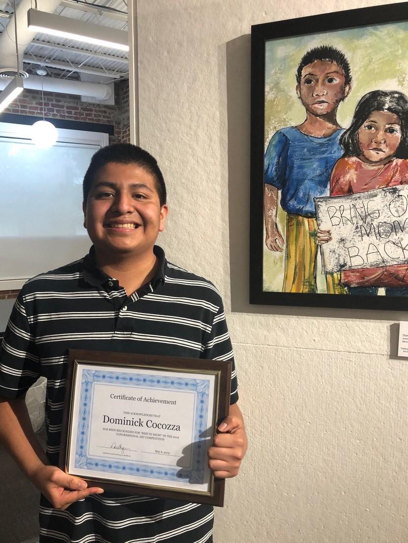 Dominick Cocozza, de 17 años, retrató la triste realidad por la que atraviesan los menores que son separados de sus padres en la frontera estadounidense. (Foto Prensa Libre: Tomada de @RepDonBeyer)