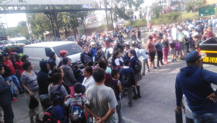 Los pobladores impiden el paso de vehículos en ambas vías. (Foto Prensa Libre: Dalia Santos)