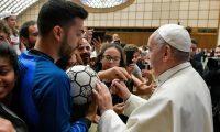 """EPA8570. CIUDAD DEL VATICANO (VATICANO), 24/05/2019.- El papa Francisco (d) firma un balón durante el evento """"Il Calcio che Amiamo"""" (lit. El fútbol que amamos), organizado por el periódico deportivo italiano """"La Gazzetta dello Sport"""", este viernes en la Ciudad del Vaticano. EFE/ Prensa del Vaticano FOTO CEDIDA? SOLO USO EDITORIAL? PROHIBIDA SU VENTA"""