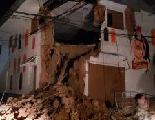 Autoridades de Perú examinan daños en estructuras, causados por un fuerte temblor de magnitud 7.5 registrado este domingo. (Foto Prensa Libre: Bomberos de Perú)