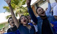 AME1845. MANAGUA (NICARAGUA), 17/04/2019.- Jóvenes gritan consignas durante un plantón contra el Gobierno del presidente Daniel Ortega este miércoles 17 de abril de 2019, en Managua (Nicaragua). Grupos opositores reportaron al menos 35 detenidos en Nicaragua este miércoles, entre ellos un periodista, durante una protesta contra el presidente Daniel Ortega, en la víspera del primer aniversario del estallido social del 18 de abril de 2018. EFE/Jorge Torres