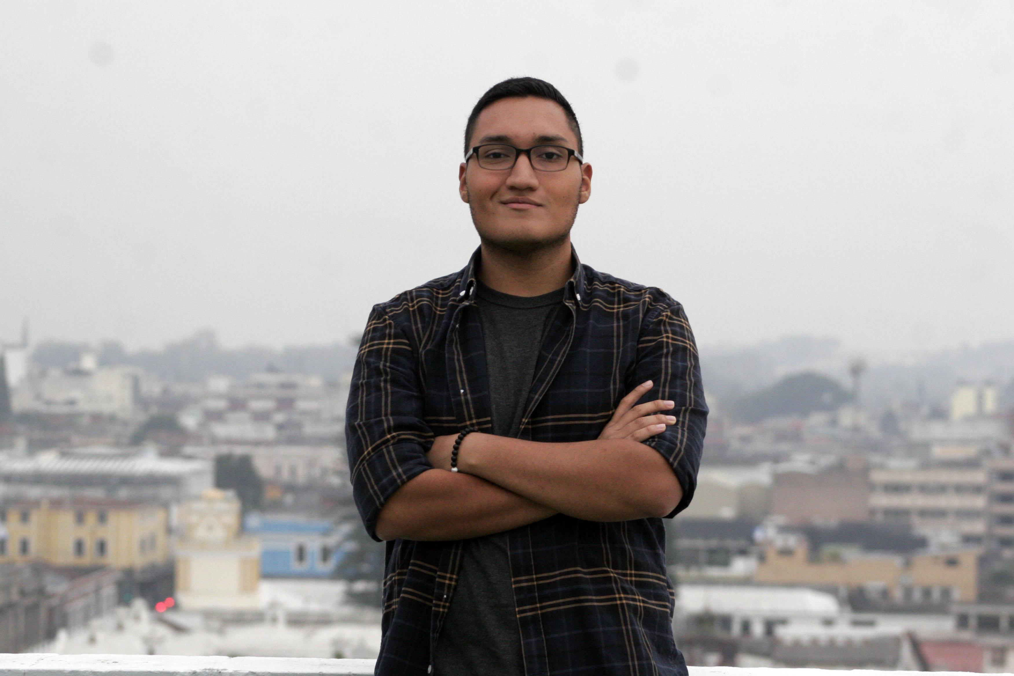 """Romeo López,cineasta guatemalteco presenta su cortometraje """"Lo que ocultan las tinieblas"""", ganador a mejor cortometraje de horror y mejor cinematografía en Los Angeles Film Awards.  (Foto Prensa Libre: María Rene Barrientos Gaytan)"""