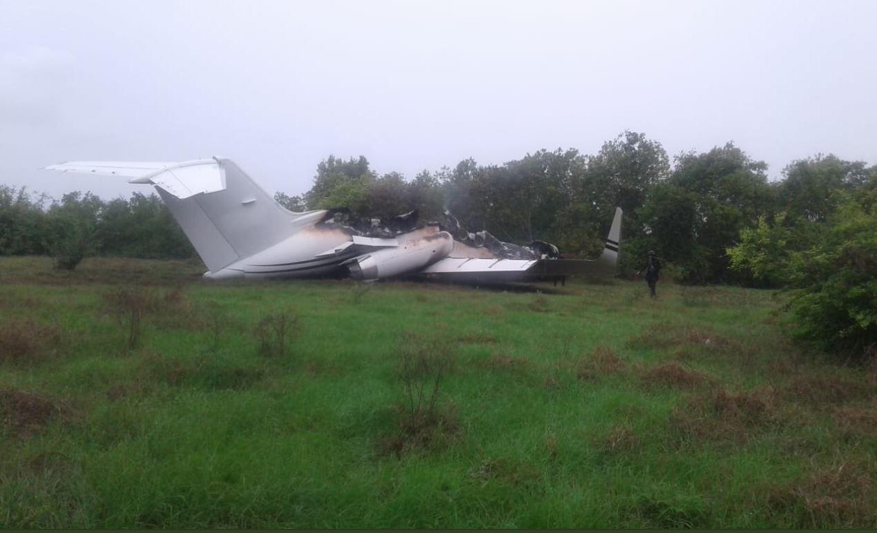 El jet fue encontrado semidestruida en una pista clandestina. (Foto: PNC)