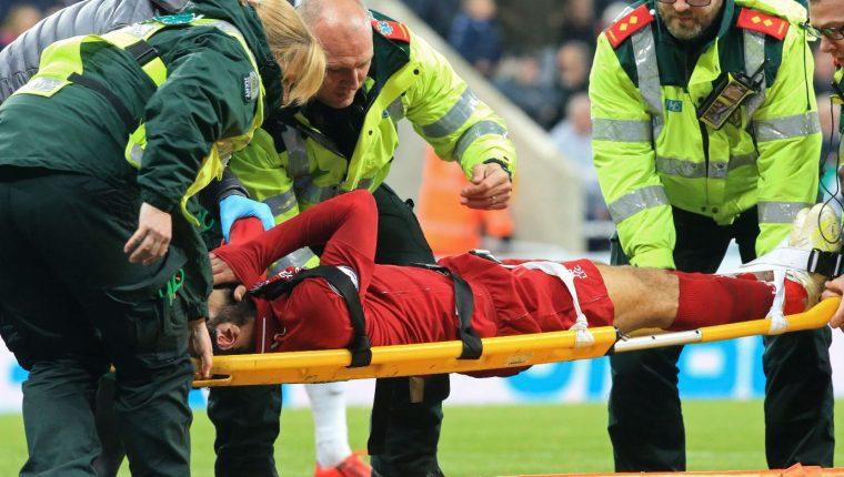 Salah es atendido después de sufrir un golpe en la cabeza. (Foto Prensa Libre: AFP).