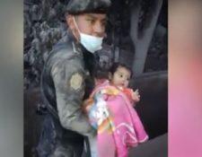 Imagen icónica del rescate de Esmeralda por un agente después de la violenta erupción del Volcán de Fuego. (Foto: Hemeroteca PL)