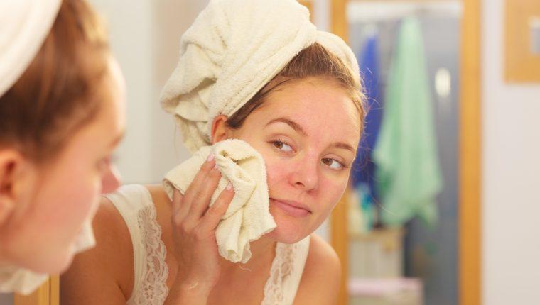 Para que la piel respire, es importante limpiar el rostro cada noche. (Foto Prensa Libre: Servicios).