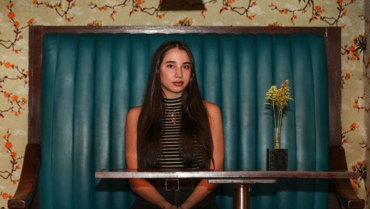 La actriz y cantante guatemalteca Sofía Insua trabaja constantemente y busca la excelencia en la escena artística. (Foto Prensa Libre: Keneth Cruz/Locación: Café Saúl)