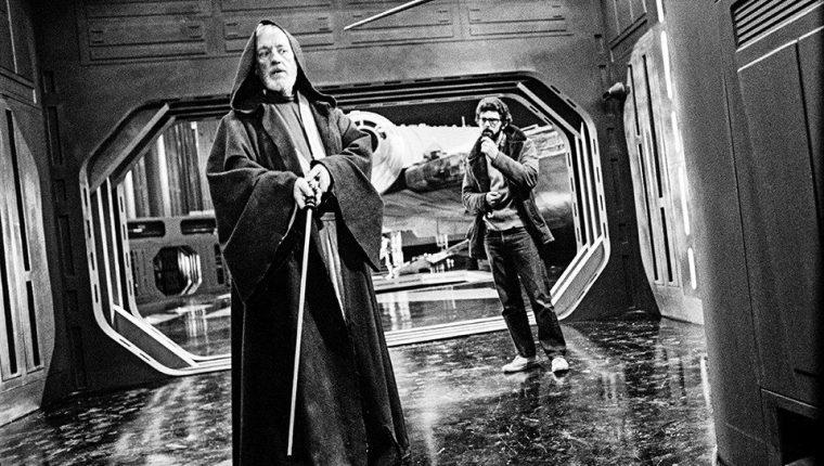 """GRAF9243. MADRID, 12/05/2019.- Fotografía facilitada por Taschen de su volumen """"Star Wars. Los archivos. Episodios IV-VI 1977-1983"""", que indaga en las tres primeras entregadas de la mítica saga de George Lucas, cómo la ideo y cómo la imaginó antes de llevarla a la gran pantalla. Hace apenas un mes Disney sorprendió a todos con el anuncio de tres nuevos filmes, para 2022, 2024 y 2026. Aunque la historia comenzó """"hace mucho tiempo, en una galaxia lejana, muy lejana"""". Así empezaba en 1977 la primera película de las nueve que tenía en mente George Lucas de su aventura galáctica. Y así se abre el enorme volumen que la editorial Taschen dedica a la que es probablemente la saga más mitificada de la historia del cine. EFE/Taschen *SOLO USO EDITORIAL*"""