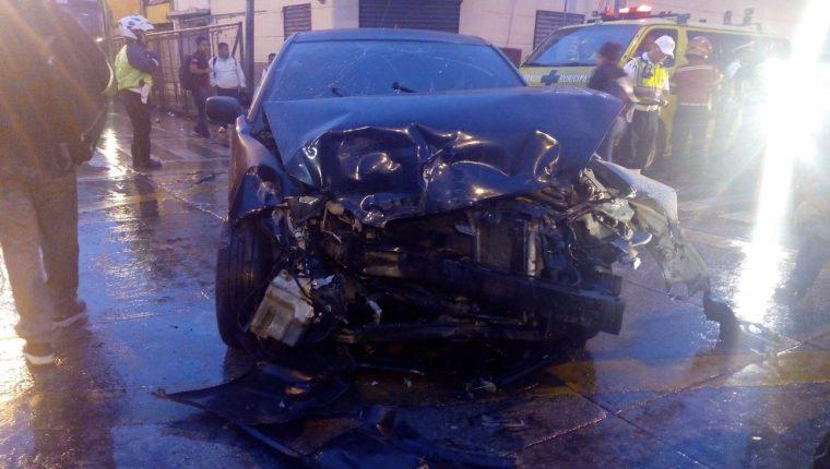 El vehículo que impactó quedó con severos daños. (Foto Prensa Libre: radio TGW)