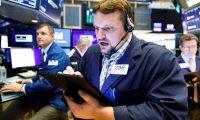 JLX06. NUEVA YORK (ESTADOS UNIDOS), 06/05/2019.- Economistas trabajan durante una nueva jornada en la Bolsa de Nueva York, este lunes en Nueva York, Estados Unidos. Wall Street abrió este lunes con pérdidas y el Dow Jones de Industriales, su principal indicador, descendía un 1,45 %, en una jornada claramente marcada por las amenazas del presidente Donald Trump de subir los aranceles a China a un 25 %, en un recrudecimiento de su pulso comercial. EFE/ Justin Lane