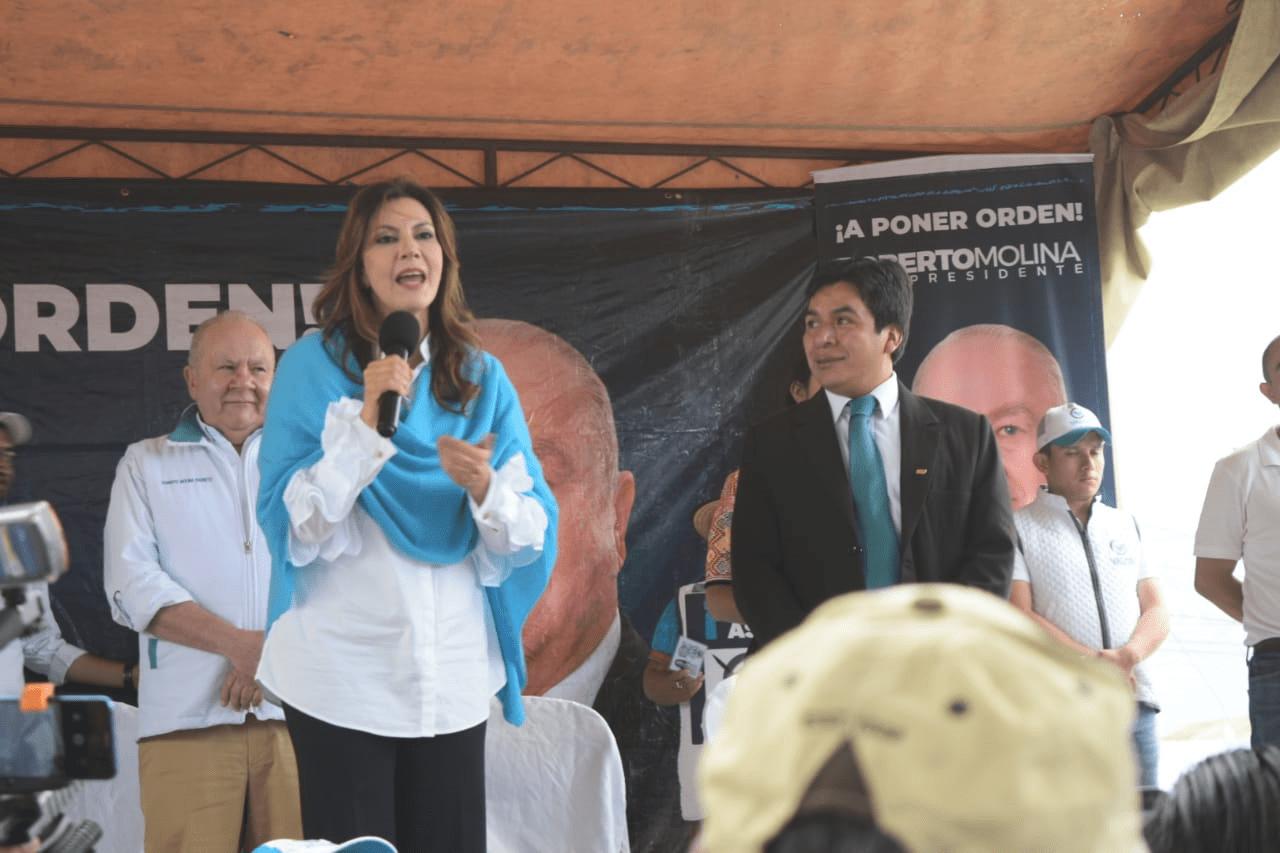 La candidata Zury Rios por el partido Valor habla a sus simpatizantes en San Mateo, Quetzaltenango. (Foto Prensa Libre: Carlos Hernández)