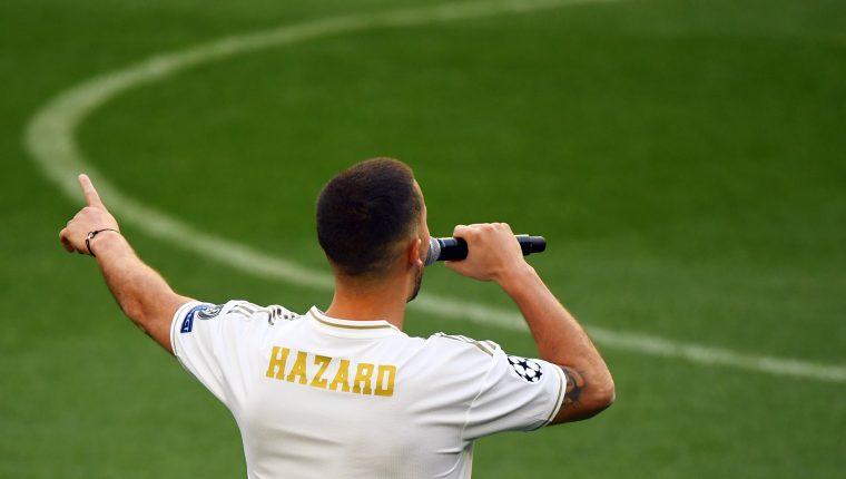 Eden Hazrd, sin dorsal, se dirige a los miles de aficionados que le dieron la bienvenida en el estadio Santiago Bernabéun, casa del Real Madrid. (Foto Prensa Libre: AFP)