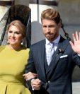 El jugador del Real Madrid Sergio Ramos junto a su madre, Paqui Gracia, antes de ingresar a la iglesia para casarse con Pilar Rubio. (Foto Prensa Libre: AFP)