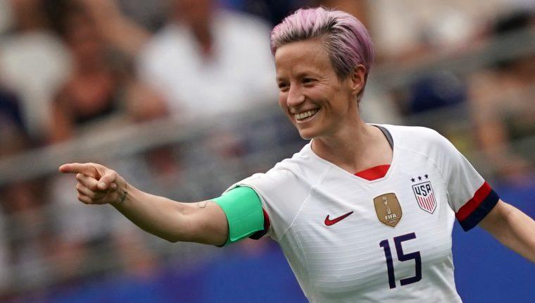 Megan Rapinoe se mantiene en protesta contra el racismo y la brutalidad policial desde el 2016, la capitana de la selección de Estados Unidos anotó un doblete con el que su equipo avanzó a cuartos de final. (Foto Prensa Libre: AFP)