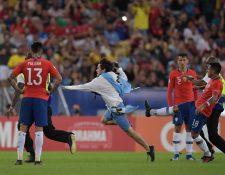 Gonzalo Jara momentos después de patear a un aficionado de Uruguay. (Foto Prensa Libre: AFP)
