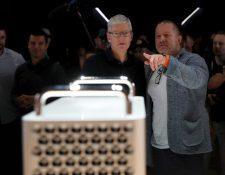 El veterano jefe de diseño de Apple Jony Ive (Derecha) anunció su retiro. (Foto Prensa Libre: AFP)
