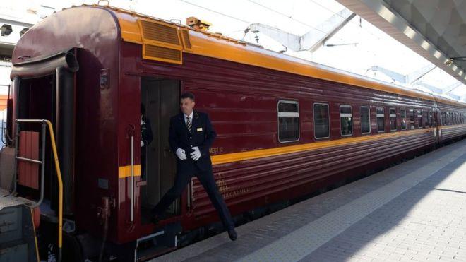 El primer tren turístico que viaja por la región ártica de Rusia, visitando zonas que se caracterizan por tener temperaturas todo el año por debajo de los 0 ºC, partió el miércoles de la estación de San Petersburgo con 91 pasajeros a bordo. GETTY IMAGES