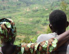 Carine y su hijo Jean-Pierre, uno de miles de niños nacidos como resultado de violaciones durante el genocidio.