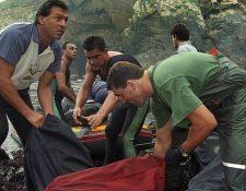 Los narcotraficantes gallegos usaban sus lanchas rápidas para introducir la cocaína en la costa. En la imagen, un grupo de guardias civiles recogen un cargamento en la costa cantábrica gallega. Los narcotraficantes gallegos usaban sus lanchas rápidas para introducir la cocaína en la costa. En la imagen, un grupo de guardias civiles recogen un cargamento en la costa cantábrica gallega. GETTY IMAGES