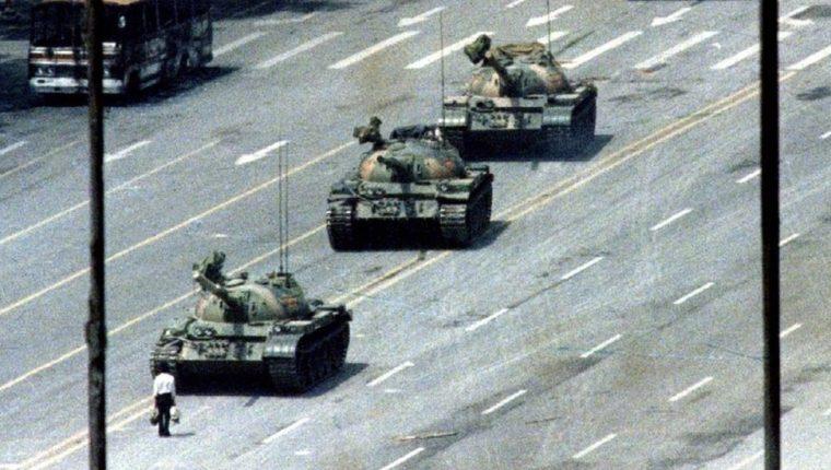 """El """"hombre del tanque"""", también apodado como """"el rebelde desconocido"""", protagoniza la imagen que dio la vuelta al mundo sobre lo que ocurrió en la plaza de Tiananmen en junio de 1989. (REUTERS)"""
