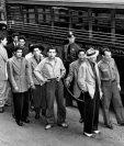 """Cientos de jóvenes identificados con el estilo """"endzoot"""", la mayoría de origen mexicano, fueron detenidos durante 1943."""