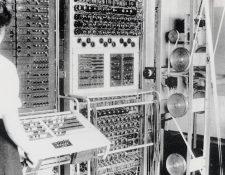 Colossus, la primera computadora electrónica programable, fue usada por la inteligencia británica durante la Segunda Guerra Mundial. Estas mujeres trabajaban operando la máquina. BLETCHLEY PARK TRUST/GETTY IMAGES